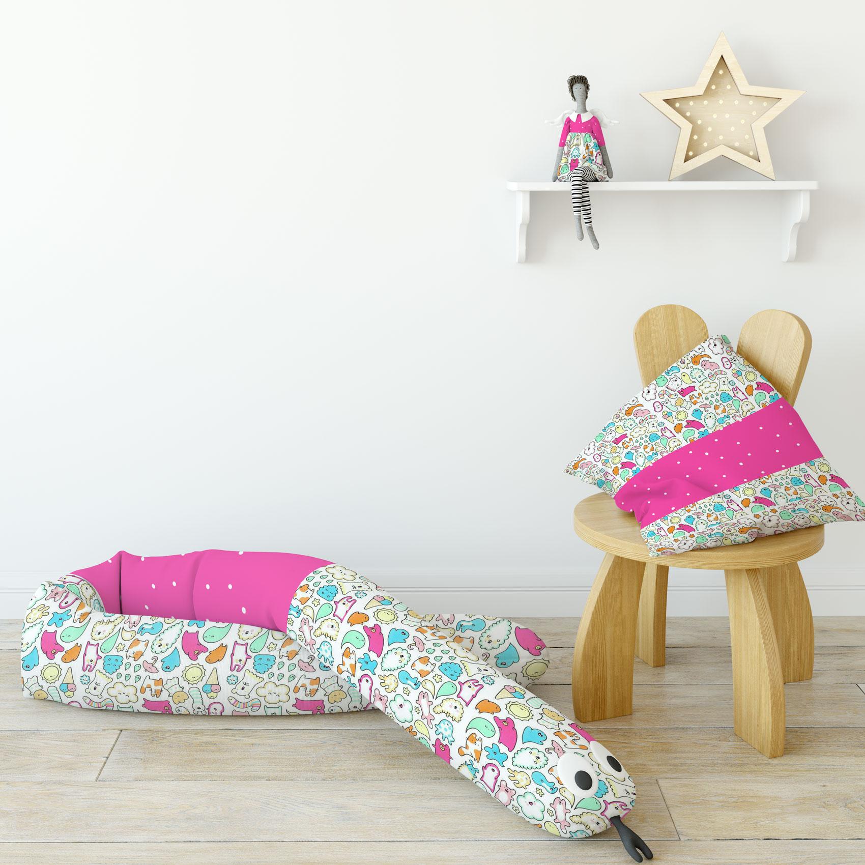 دانلود موکاپ دکوراسیون اتاق کودک همراه با ویگام و کوسن(عروسک ویلدا, عروسک مار, جعبه پارچه ای)