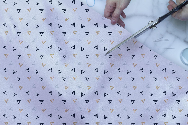 موکاپ پارچه یا کاغذ کادو پهن شده در حال برش(۳نما)