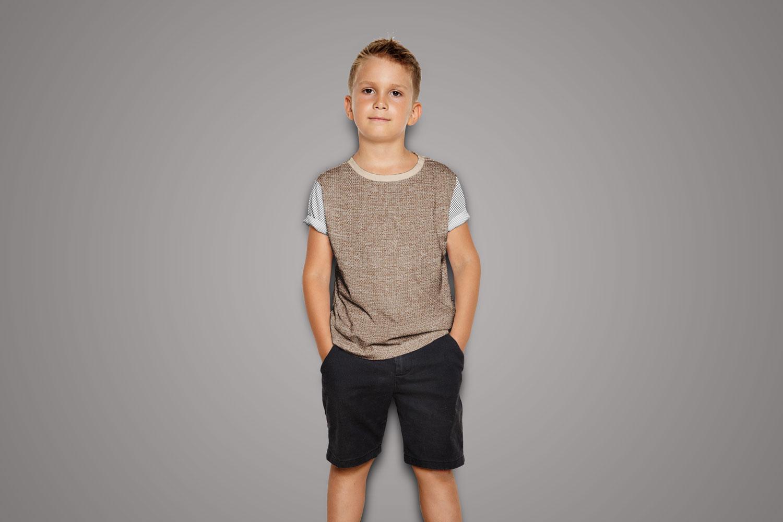 موکاپ تی شرت در پسرانه تن مدل زنده