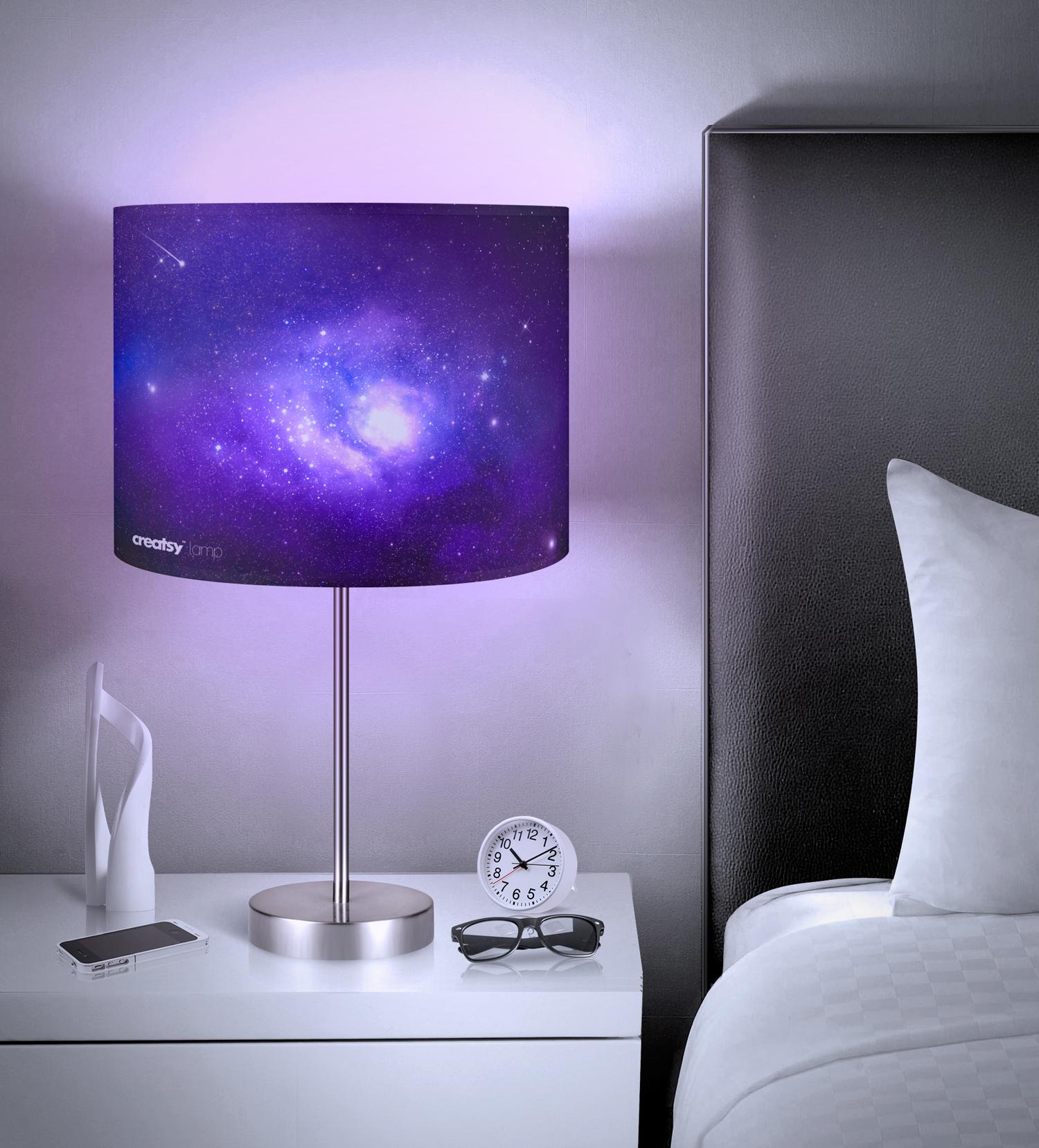 موکاپ چراغ خواب کنار تخت
