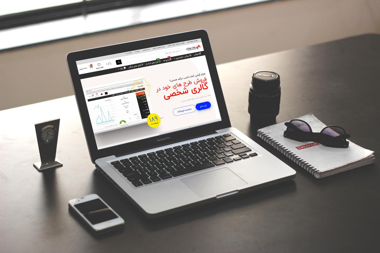 موکاپ لپ تاپ روی میز کار در 4نما