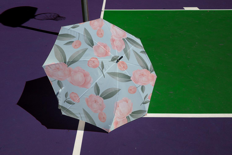 موکاپ چتر باز شده در زمین بازی