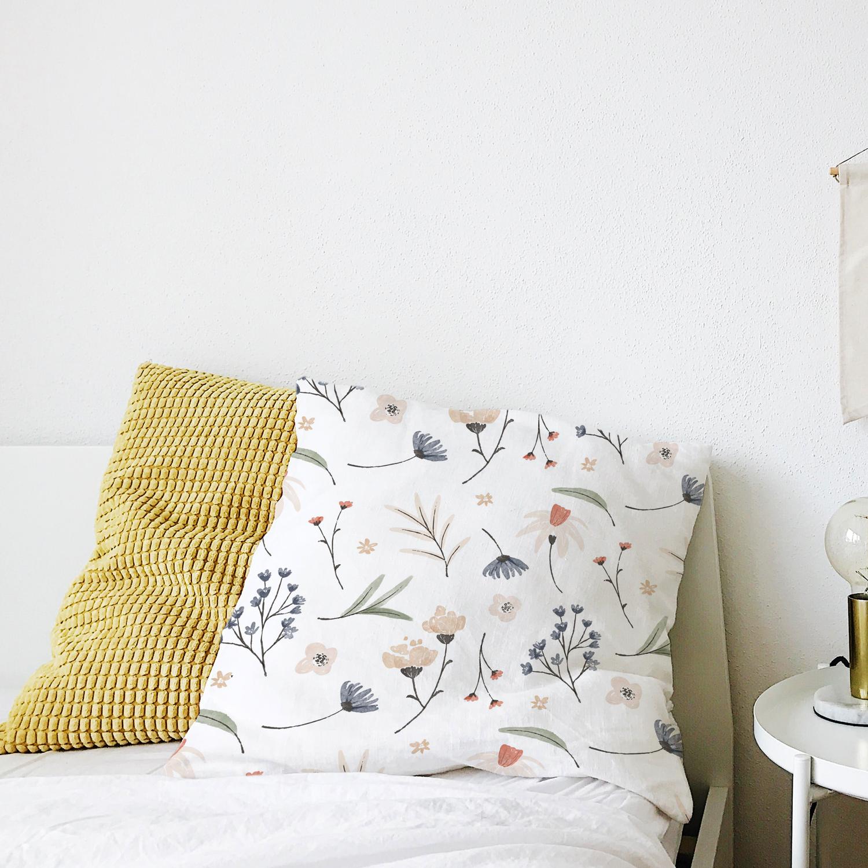 موکاپ کوسن دوتایی روی تخت از نمای روبه رو