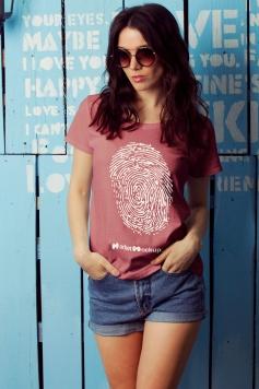 دانلود موکاپ تیشرت زنانه با مدل طبیعی