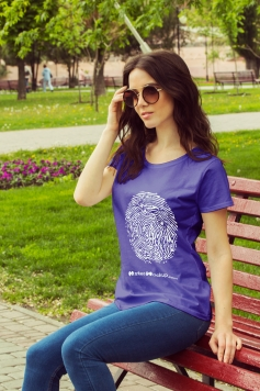 دانلود موکاپ تیشرت دخترانه در پارک