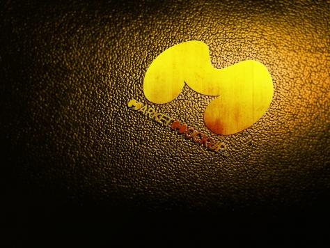 دانلود موکاپ لوگو سه بعدی طلایی روی چرم