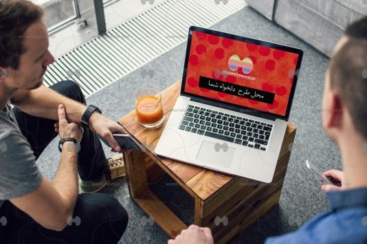 دانلود موکاپ لپ تاپ روی میز چوبی